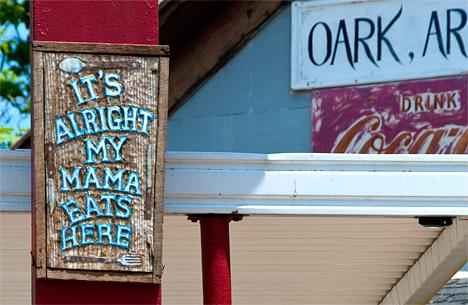 mamma eats here sign
