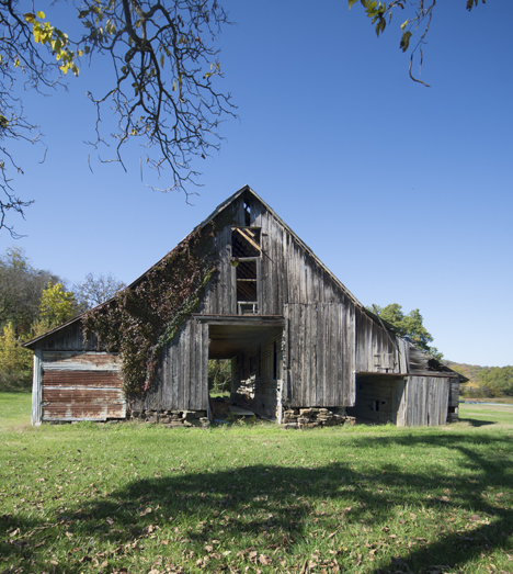 Old barn at Durham AR front view